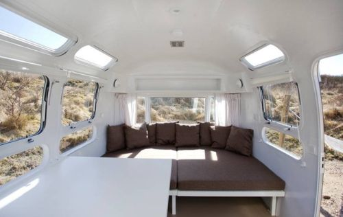 VRI interieur: loungebank Airstream trailer