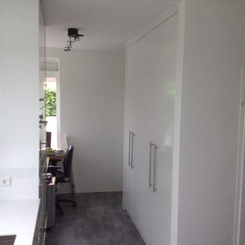 VRI interieur: design keuken met hoge kasten in hoogglans