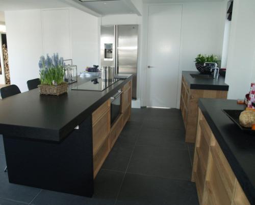 Moderne Witte Keuken Met Kookeiland: Moderne keukens.