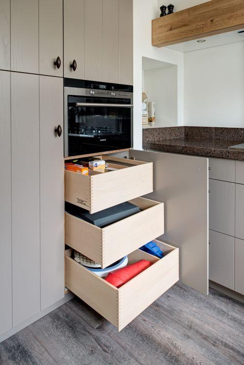 Keuken Lichtgrijs : VRI interieur: landelijke keuken met houten laden