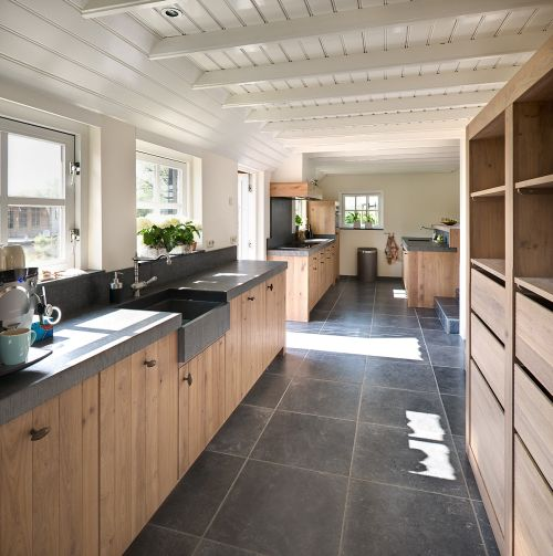 Grijze keuken met licht blad: grijze gietvloer met houten ...