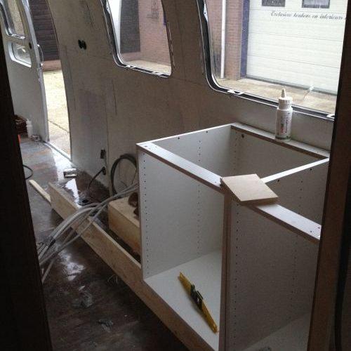 VRI interieur: bouw keuken Airstream trailer