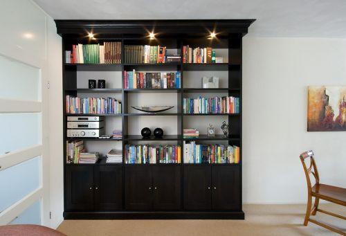 VRI interieur: exclusieve boekenkast in het zwart