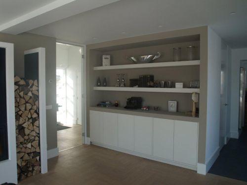 VRI interieur: dressoirkast met brede schappen