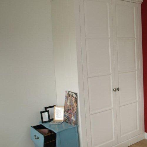 VRI interieur: witte kledingkast met doorlopende plint