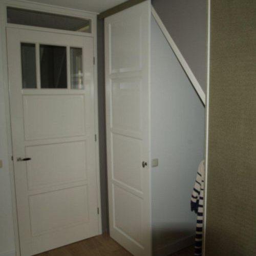 VRI interieur: kledingkast onder schuine kap