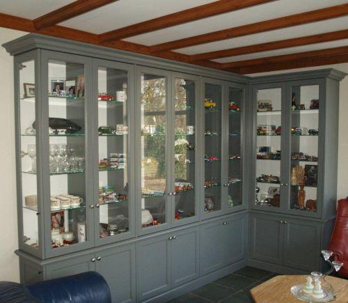 VRI interieur: exclusieve vitrinekast in het grijs