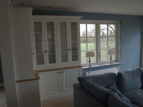 VRI interieur: vitrinekast in het wit met eiken