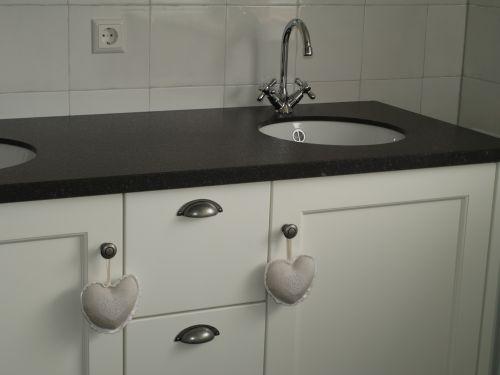 VRI interieur: landelijke wastafelkast in wit