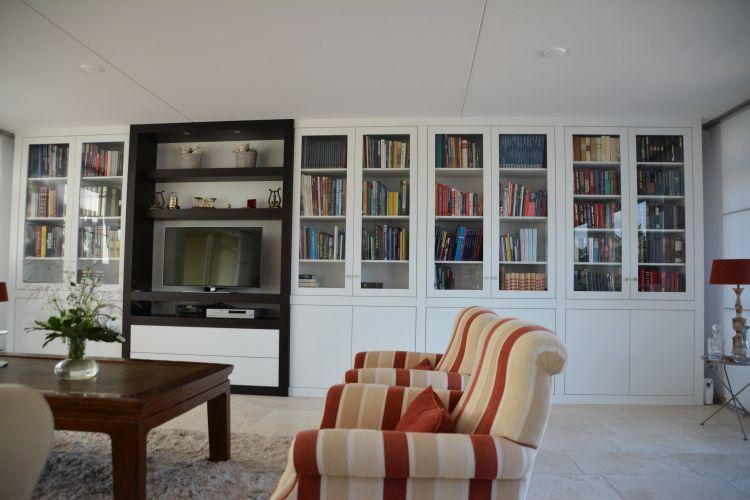 VRI interieur: kastenwand met boekenkasten en TV-meubel