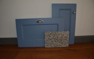 VRI interieurstyling: life moodboard duifblauw front en UW-B45 terrazzo blad