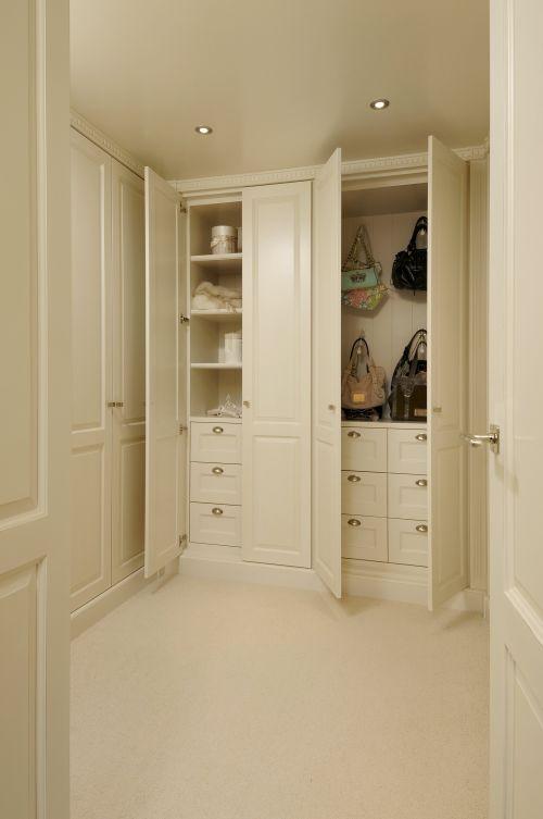 VRI interieur: kledingkast met Dauby knoppen en grepen