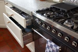 VRI interieur: systeemladen in landelijke keuken