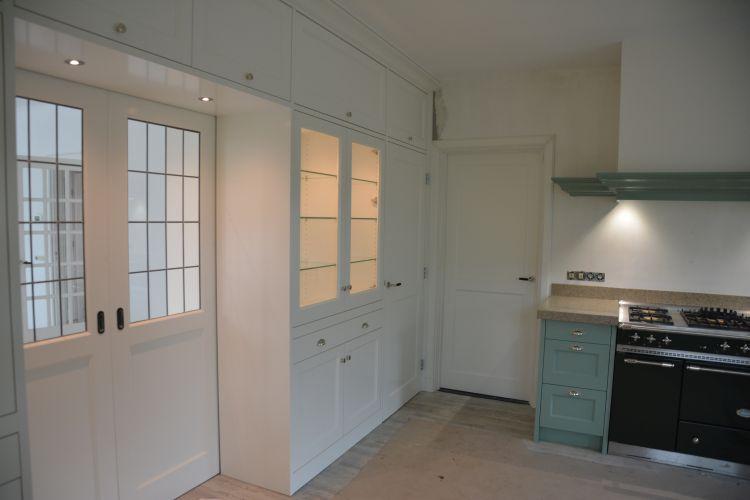 VRI interieur: stijl interieur plinten en laden keuken en kamer en suite met zelfde afmetingen