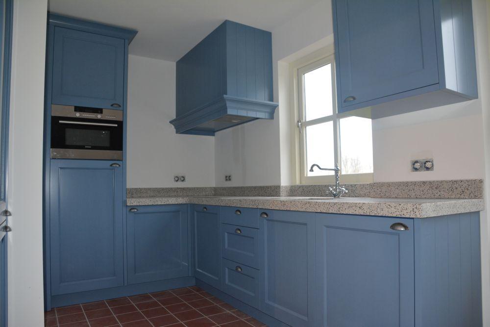 Keuken Licht Blauw : VRI interieur: blauwe keuken in landelijk klassieke stijl met terrazzo