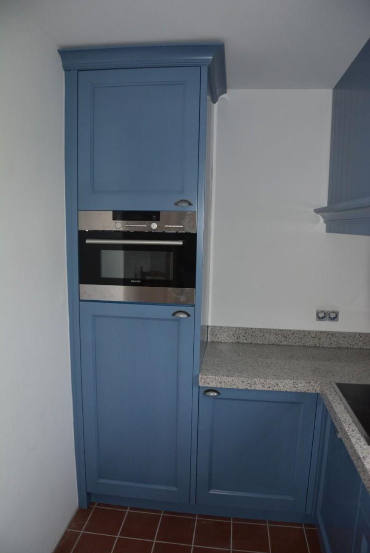 VRI interieur: blauwe keuken in landelijk klassieke stijl met terrazzo ...