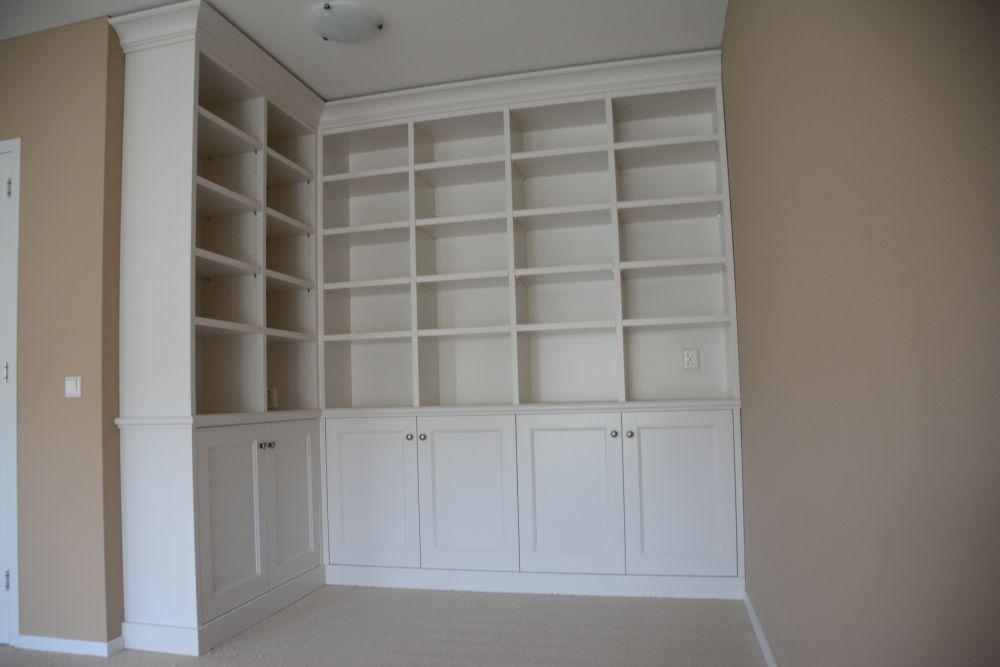 Keuken witte keuken met zwart werkblad : VRI interieur: landelijk klassieke boekenkast in het wit