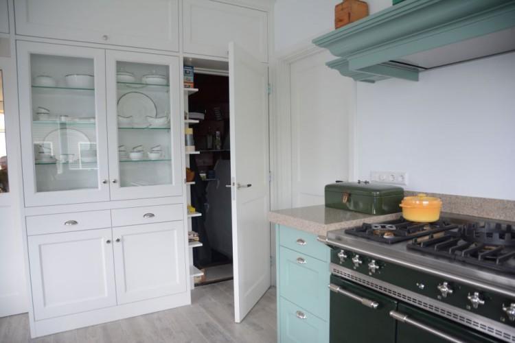 VRI interieur: landelijk klassieke keuken in het groen