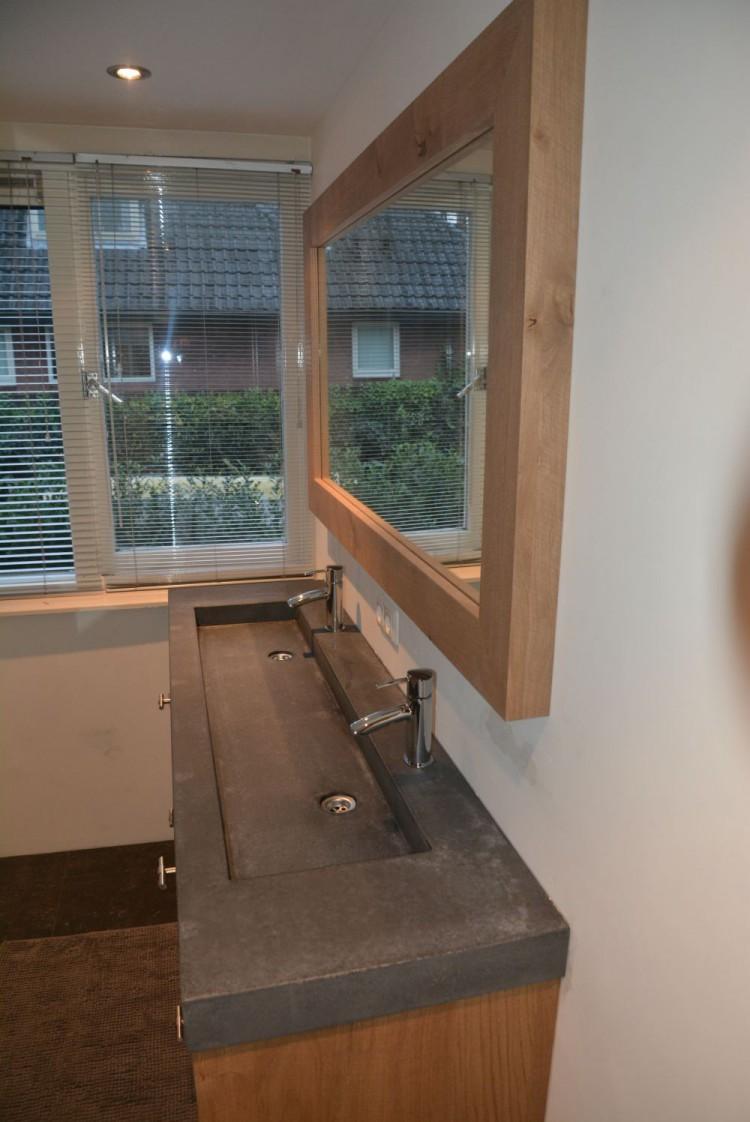 VRI interieur: landelijk modern eiken badkamermeubel met spiegel en ...