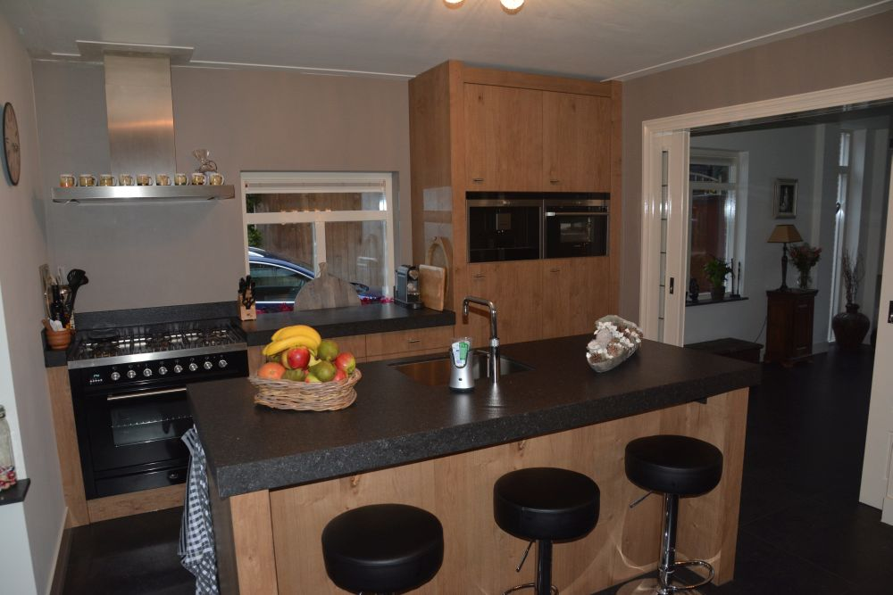 VRI interieur eiken keuken in landelijke stijl te Amerongen