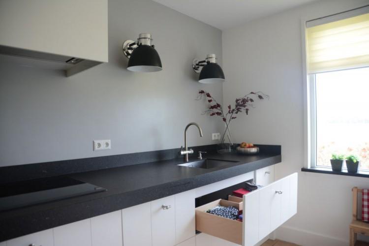 Witte keuken met zwart werkblad: hoogglans witte design keuken met ...